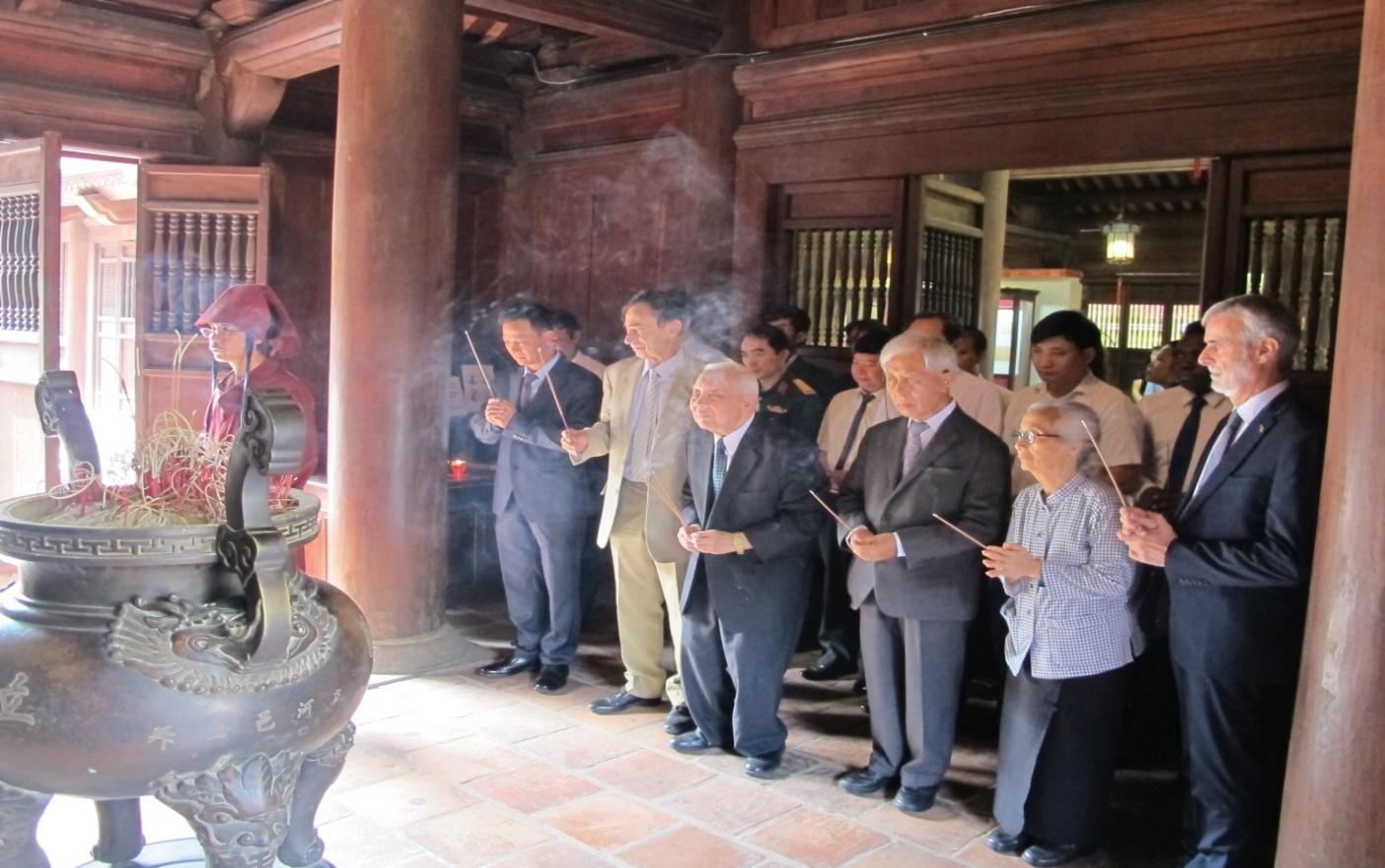 Các đại biểu tham dự lễ dâng hương tại Khu đền thờ thầy Chu Văn An